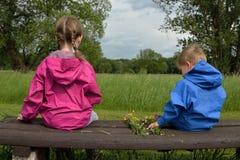 Дети с как раз выбранным рук-связанным букетом Стоковое Изображение RF