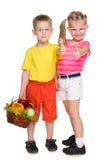 Дети с корзиной овощей Стоковая Фотография