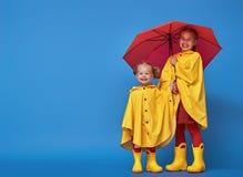 Дети с красным зонтиком Стоковая Фотография