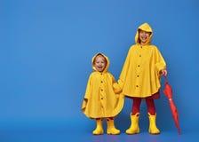 Дети с красным зонтиком Стоковые Фотографии RF