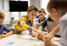 Дети с набором вымысла на школе робототехники Стоковые Изображения