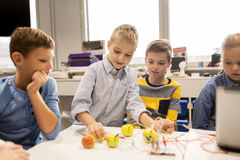 Дети с набором вымысла на школе робототехники Стоковые Фотографии RF