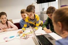 Дети с набором вымысла на школе робототехники Стоковое Изображение RF