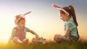 Дети с пасхальными яйцами Стоковые Фото
