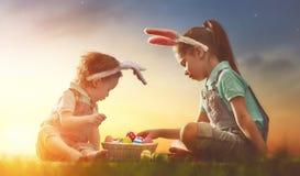 Дети с пасхальными яйцами Стоковая Фотография