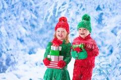 Дети с подарками на рождество Стоковая Фотография RF