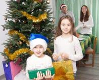 Дети с подарками около рождественской елки Стоковые Изображения RF