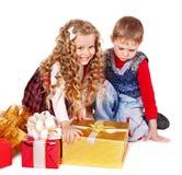 Дети с подарочной коробкой рождества. стоковые изображения rf