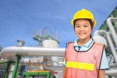 Дети с предпосылкой завода нефти Стоковые Фотографии RF
