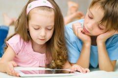Дети с компьютером таблетки стоковое изображение rf