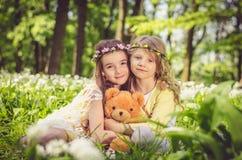 Дети с плюшевым медвежонком Стоковое фото RF