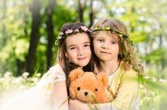Дети с плюшевым медвежонком Стоковые Изображения