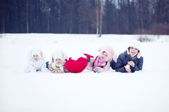 Дети с сердцем в зиме стоковые изображения rf