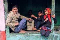 Дети с смеяться над счастливыми отцом и матерью Стоковая Фотография RF