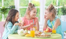 Дети с тортом на вечеринке по случаю дня рождения Стоковые Фото