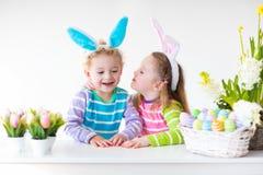 Дети с ушами зайчика на пасхальном яйце охотятся Стоковая Фотография RF