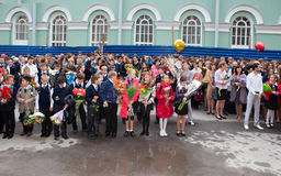 Дети с цветками около школы на первый день школы 1-ого сентября 2011 в Санкт-Петербурге, России Стоковое Изображение RF