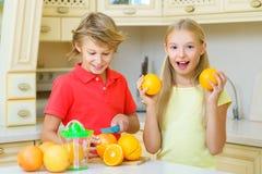 Дети с цитрусом Девушка плодоовощ отрезка мальчика следующая Стоковые Фотографии RF