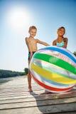 Дети с шариком пляжа на озере Стоковое Изображение