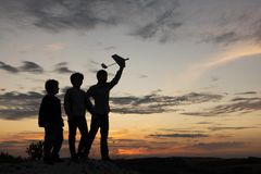 Дети с airplan игрушкой outdoors стоковое фото
