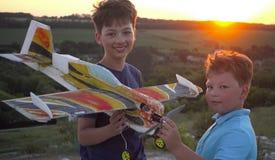 Дети с airplan игрушкой outdoors стоковое изображение rf