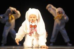 Дети танцуя в костюмах зайчика Стоковые Изображения RF