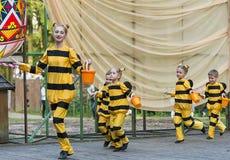 Дети танцуя в пчеле костюма Стоковое Изображение