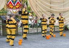 Дети танцуя в пчеле костюма Стоковая Фотография RF