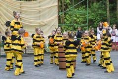 Дети танцуя в пчеле костюма Стоковые Фото