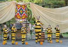 Дети танцуя в пчеле костюма Стоковое фото RF