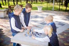 Дети темы уча, логически развитие, разум и математика, выдвижение движений неправильных расчетов братья и сестра многодетной семь стоковые изображения