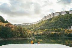 Дети тратя время озером Стоковая Фотография