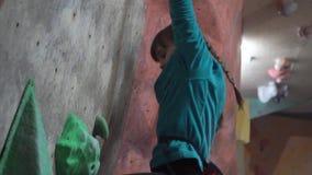 Дети тренируют во взбираясь спортзале акции видеоматериалы