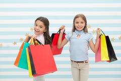 Дети удовлетворяли ходя по магазинам striped предпосылка Преследованный с покупками и торговыми центрами одежды рабат принципиаль стоковая фотография