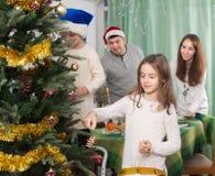 Дети украшают рождественскую елку дома Стоковые Фотографии RF