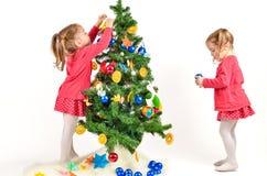 Дети украшают рождественскую елку Стоковые Фото