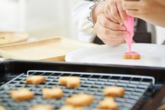 Дети украшая на печенье формы сердца Стоковое Фото