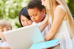 Дети учат совместно на ноутбуке стоковое изображение rf