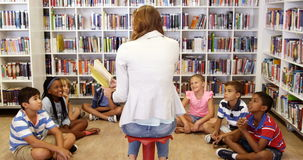 Дети учителя уча в библиотеке видеоматериал