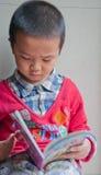 дети учя чтение стоковые изображения