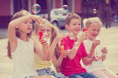 Дети дуя пузыри мыла Стоковые Изображения RF