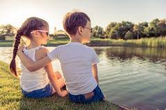 Дети улавливая рыб стоковая фотография
