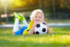 Дети футбольного болельщика Бразилии Футбол игры детей Стоковая Фотография