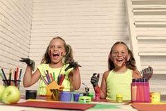 Дети хеллоуина с руками покрашенными зомби Стоковые Фото