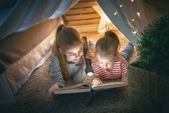 Дети читают книгу Стоковое Изображение RF