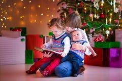 Дети читая на рождестве Стоковые Изображения RF