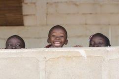 Дети чёрного африканца усмехаясь играющ смеясь над космос экземпляра Стоковое Изображение