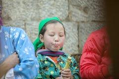 Дети этнического меньшинства едят сахарный тростник, на старом Дуне Van рынке Стоковое Изображение