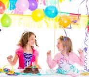 Дети ягнятся в вечеринке по случаю дня рождения танцуя счастливый смеяться над Стоковые Фото