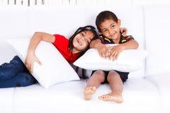 дети 2 афроамериканца жизнерадостные Стоковое фото RF